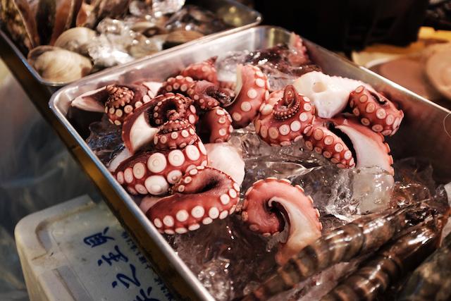 市場で売られているタコ。日本ではおなじみの光景