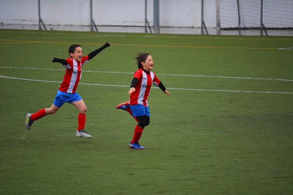 サッカーに興じる子供・アイキャッチ画像